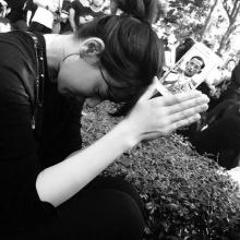 คิมเบอร์ลี่ ร่ำไห้เบียดเสียดฝูงชน ร่วมพิธีเคลื่อนพระบรมศพ แม้จะไม่ได้เกิดในไทย