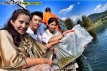 รักราบรื่น โดมควง เมทัล พร้อมแม่แหม่ม ทำบุญ ปล่อยนก-ปล่อยปลา!