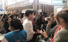 ให้ทายว่าใคร? นักร้องไทย ออกแค่ซิงเกิ้ลเดียว แต่มีแฟนคลับแห่ต้อนรับสนามบินแทบแตก?!
