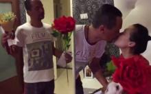 """ขอมุ้งมิ้งแป๊บ!! """"เท่ง เถิดเทิง"""" เซอร์ไพรส์จัดหนัก!! ให้ดอกไม้ช่อโต พร้อมซองขาวให้ภรรยา (มีคลิป)"""
