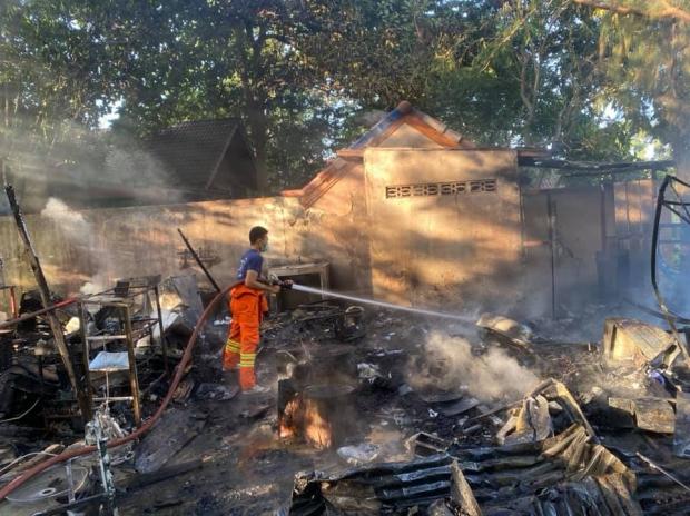 ขำไม่ออก ไฟไหม้กระท่อมบ้านสวน ตลกชื่อดัง เสียหายหนัก