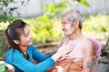 อิ่มใจสุดๆ!! ต่าย อรทัย กับหน้าที่หลานกตัญญู ช่วยอาบน้ำให้คุณยายวัย 100 ปี