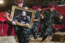 แชร์ถล่มทลาย! ภาพทหารถือพระบรมฉายาลักษณ์ พ่อของคนไทย