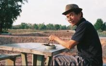 ลุงนั่งกินข้าวกับปลาทู ลุคติดดินคนนี้ ที่แท้คือพ่อของพระเอกระดับซุปตาร์ เจ้าของทำเลงามติดสนามบิน!