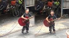 ทั้งน่ารัก ทั้งเก่ง หนูน้อยยืนร้องเพลงเล่นกีต้าร์ริมทาง ซูมชัดๆอ้าวนี่มันดาราเด็กนี่หว่า