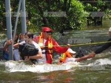 ระทึก! รถคณะดาราถูกน้ำซัดจม ก่อนช่วยรอดหวุดหวิด