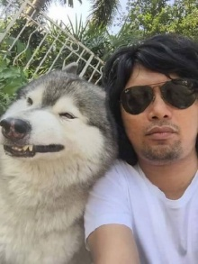 เสก โลโซ โชว์เเลกลิ้นน้องหมาสุดที่รัก