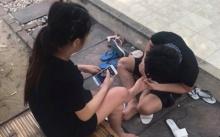 หนุ่มนั่งก้มหน้าตัดเล็บเท้าให้สาว พอเงยหน้าขึ้นมาเท่านั้นแหละ ที่แท้คือ นักร้องดังคนนี้!