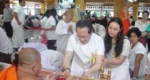 ตั๊ก จูงมือ เจ้าสัวบุญชัย ทำบุญวันปีใหม่ แย้มงานแต่งฯปี 56 เลื่อนไปก่อน