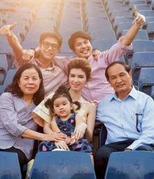 ภาพอบอุ่น! ครอบครัวสหวงษ์ถ่ายแบบพร้อมหน้า