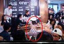 แชร์สนั่น!! ภาพนักข่าวสาวใส่ชุดลายแตงโม โผล่กลางวง แถลงข่าวโตโน่ ทุกคนสตั๊น!!