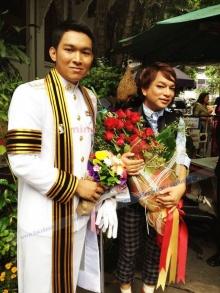 ธงธง มกจ๊ก หอบดอกไม้มาแสดงความยินดีกับน้องชายคนสนิท