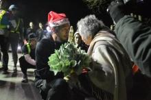 'ตูน' สวมหมวกซานต้าวิ่งพะเยา หนาว 9 องศา ก้มหัวรับพรแม่เฒ่า