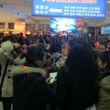 ภาพเพิ่มเติมพิ้งกี้ สาวิกากับแฟนคลับจีนที่สนามบิน