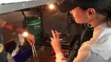 แม่ค้าถึงกับช็อค!! สาวจากรถ เพื่อมาซื้อไก่ทอดริมถนน เธอคือ นางเอกแถวหน้าของเมืองไทย!!