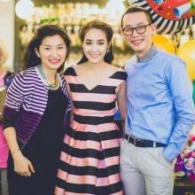 Pic : มิน พีชญา กับปาร์ตี้หลังรับปริญญากับผองเพื่อน
