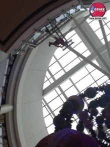 อาเล็ก ธีรเดช โชว์โหนสลิงกลางห้างสูง6ชั้น !!!!