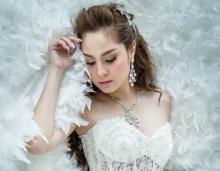 ขวัญ อุษามณี งามดุจเจ้าหญิง  ในชุดแต่งงานสีขาว บริสุทธิ์