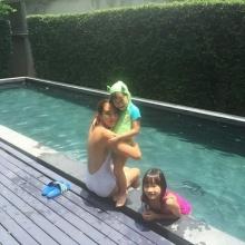 คุณแม่ลูกสองตุ๊ก ชนกวนันท์อวดหุ่นสวยเป๊ะเล่นน้ำกับลูกๆ