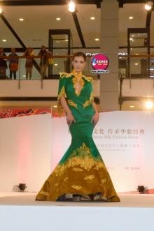 นางแบบจีนบินตรง ร่วมเดินแบบสุดอลัง ในชุดผ้าไหมจีน