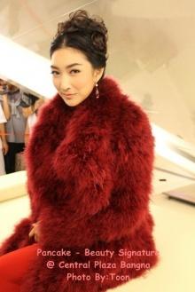 Pic : แพนเค้ก สวยสง่ากับชุดสีแดง