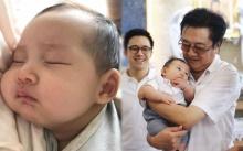 """เปิดภาพ!! คุณตา """"วิทวัส"""" กับ """"น้องคริน"""" หลานชายคนล่าสุด น่ารักหนักมาก!!"""