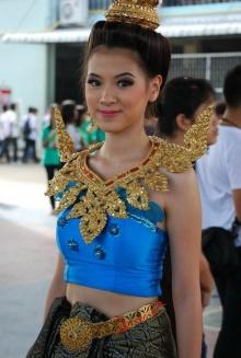 รูปใบเฟิร์นใส่ชุดไทยถือป้ายร.ร.งานกีฬาสี