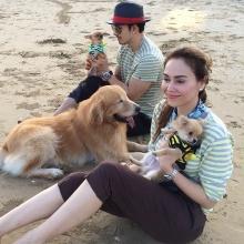 Pic:: อั้ม อธิชาติ-นัท มีเรีย กับ บรรดา ลูกหมาสุดน่ารักที่ ริมหาด
