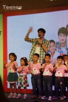 บอย ปกรณ์ บนเวที กับ น้องๆจากมูลนิธิเด็กโสสะแห่งประเทศไทยฯ