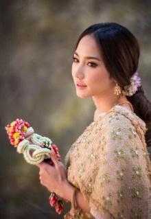 งดงาม เลอค่า อั้ม พัชราภา ใน ชุดไทย