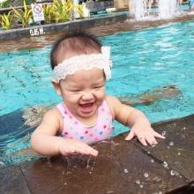 เจ๊ว่าน่ารักอ่ะ !! น้องปีใหม่ ลูกแม่แอฟ ในชุดว่ายน้ำ