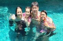 บรรยากาศสงกรานต์บ้านสรยุทธ ฮาอบอุ่น จับกันโยนน้ำ