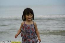 น่ารักน้องลียาในชุดว่ายน้ำรับลมชิวล์ที่ทะเล