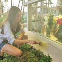 Pic : โฟร์ ศกลรัตน์ กับลีลาการจัดดอกไม้ของเธอ น่ารักเว่อร์