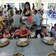 """กิ๊บซี่ ชวน ใบเตย เลี้ยงอาหารเด็กฉลองวันเกิดที่ """"บ้านนนทภูมิ"""""""