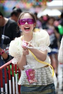 น่ารักมาก!! พลอยชมพูในชุดไทย ไปเล่นน้ำสงกรานต์ที่สยาม