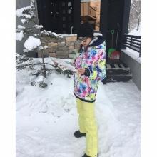 สีสันสดใสสุดๆ แอบส่องชุดเล่นสกีที่ Niseko ของเอมี่กันจ้า